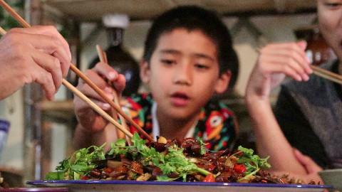 你们爱吃肥肠吗?在家这样做一盆干锅肥肠,老人小孩都爱吃!