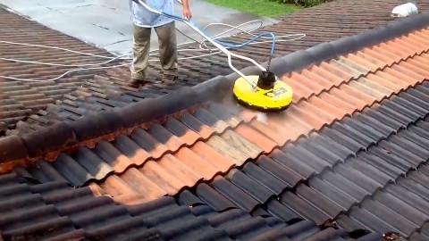 高压清洗工具冲洗布满污渍的屋顶,效果奇好,这前后区别太明显了