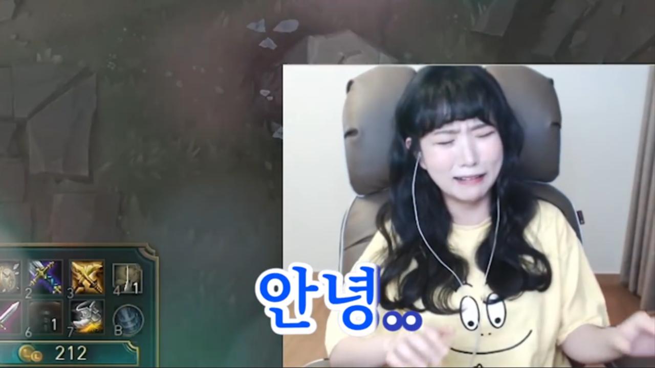 天秀联盟:好可怜!三年前被狮子狗抓哭的韩国女主播又被抓哭了!