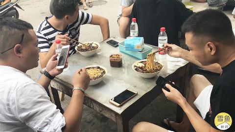 南京隐蔽面馆,里外仅6张桌,老卤大肉面13元,顾客挤破头要吃