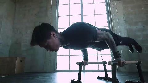 单单是一个俯卧撑,足够调动起你身体的肌肉去协作,让你全身心投入这场健身中
