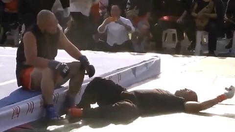 太极雷雷迎战武术大师王知亮,互相抡着大摆拳,打到瘫坐在地上