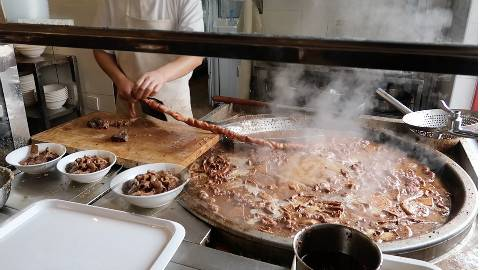 小哥滚烫锅里捞肥肠,剁一碗加肉卖30元!在北京吃卤煮下午2点顾客都坐满