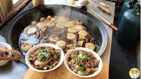 大叔卖北京卤煮10年,剁一碗五花肉、肥肠、猪肺15元!看着流口水