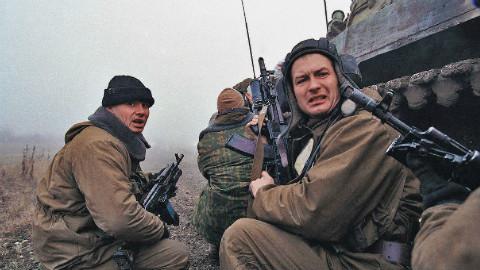 俄特种兵遭1000叛军疯狂报复,血战8小时仅伤亡5人,只因活捉匪首
