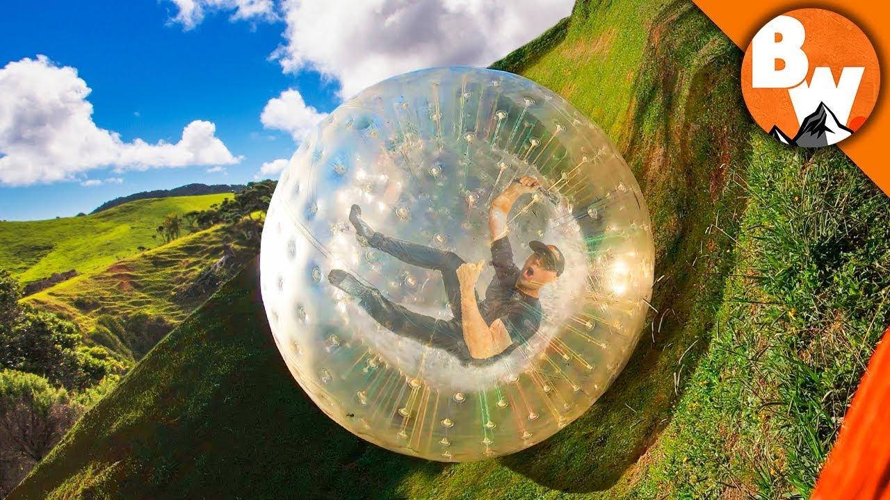 花式作死:老外把自己装进充气球从1000米山上滚下来 差点!