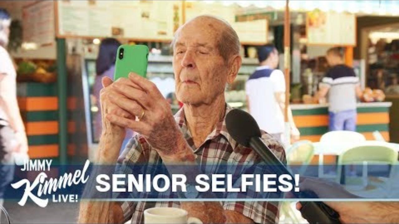 美国老年人们会玩自拍吗?当街采访结果真是出人意料