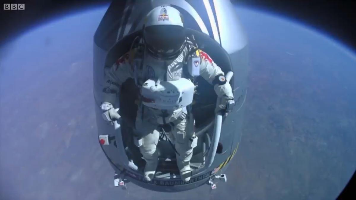 奥地利跳伞狂人从万米高的太空边缘纵身一跃,成功着陆地球