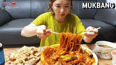 韩国小姐姐真实吃播:)海鲜炒面吃播!!虽然很辣但是太好吃了 让我停不下来....(ft. 糖醋肉)