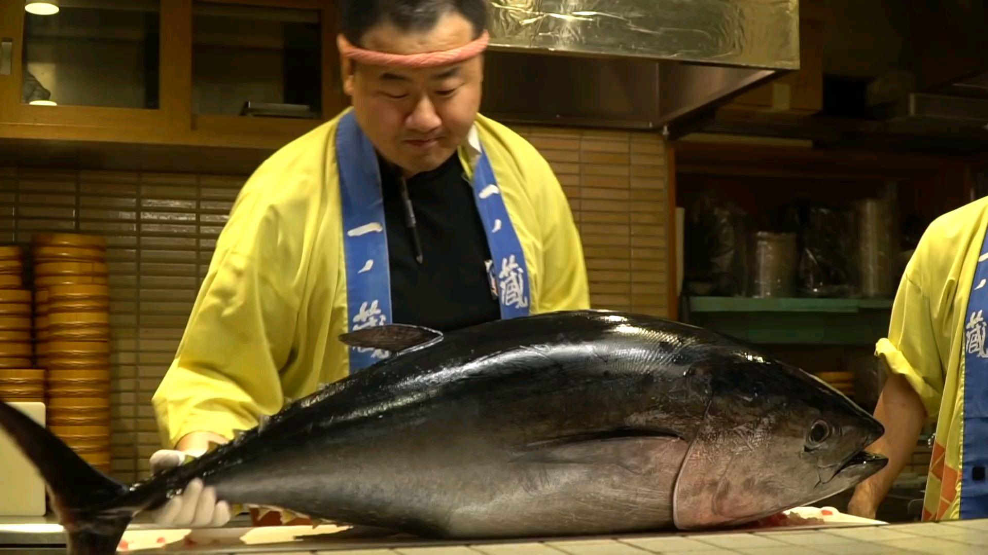 日本街头美食-日本东京的巨型蓝鳍金枪鱼炸鱼生鱼片