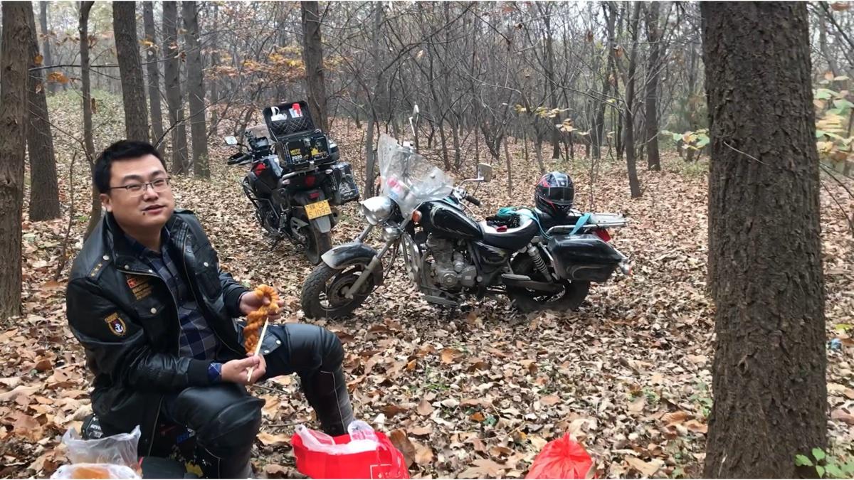兄弟俩摩旅发现一条废弃的林道,野餐的好地方,卤牛肉大麻花吃起来!环保模范垃圾全部打包带走