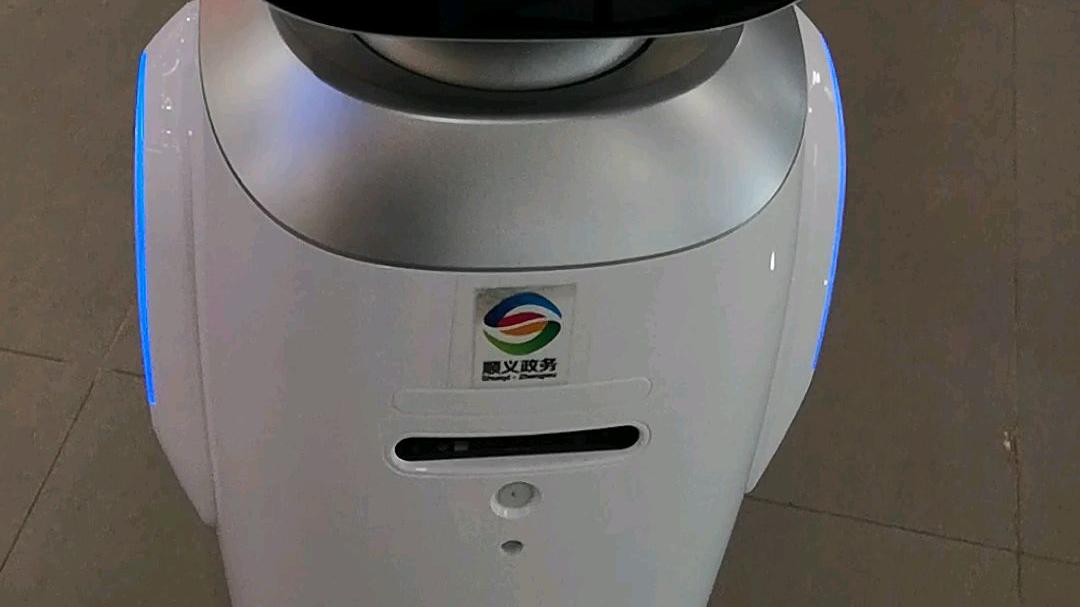 美女和机器人对话