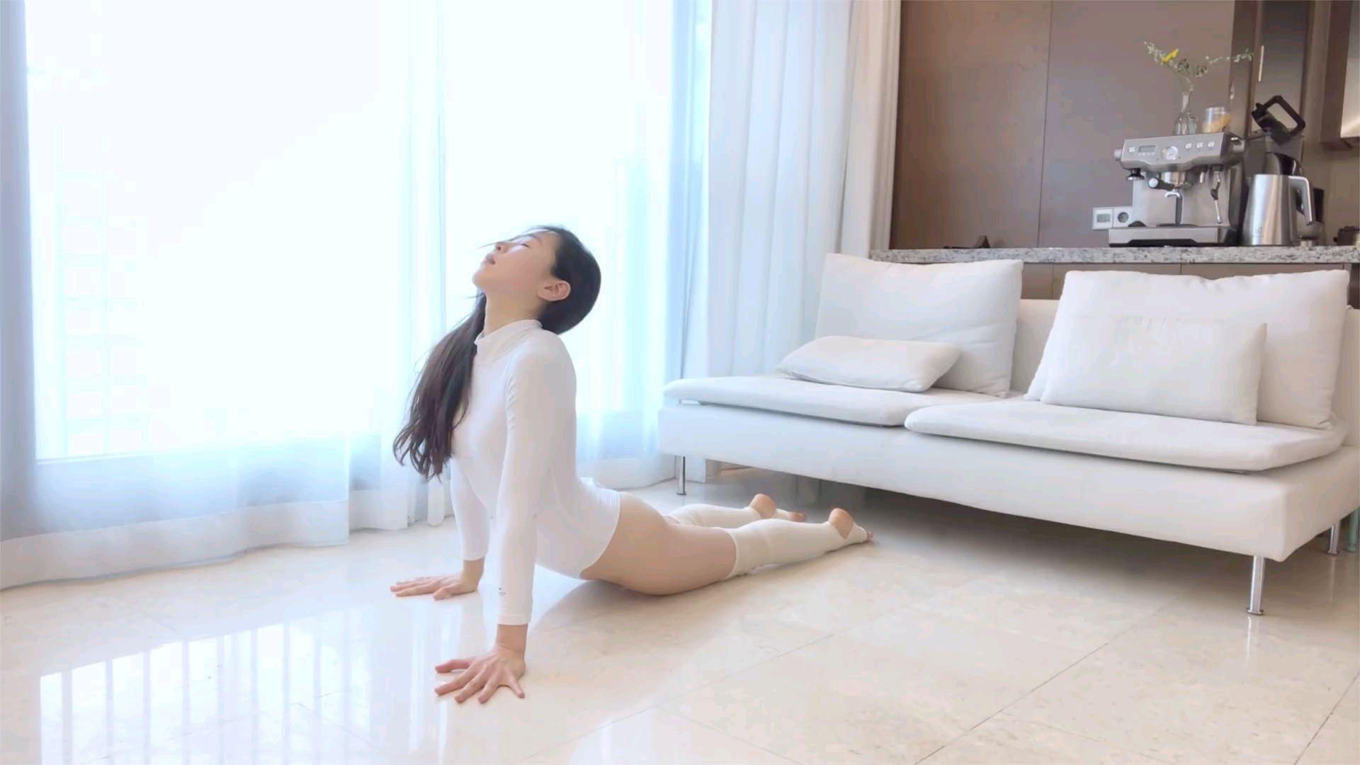 这年头韩国美女还有天然美, 而且身材真好。