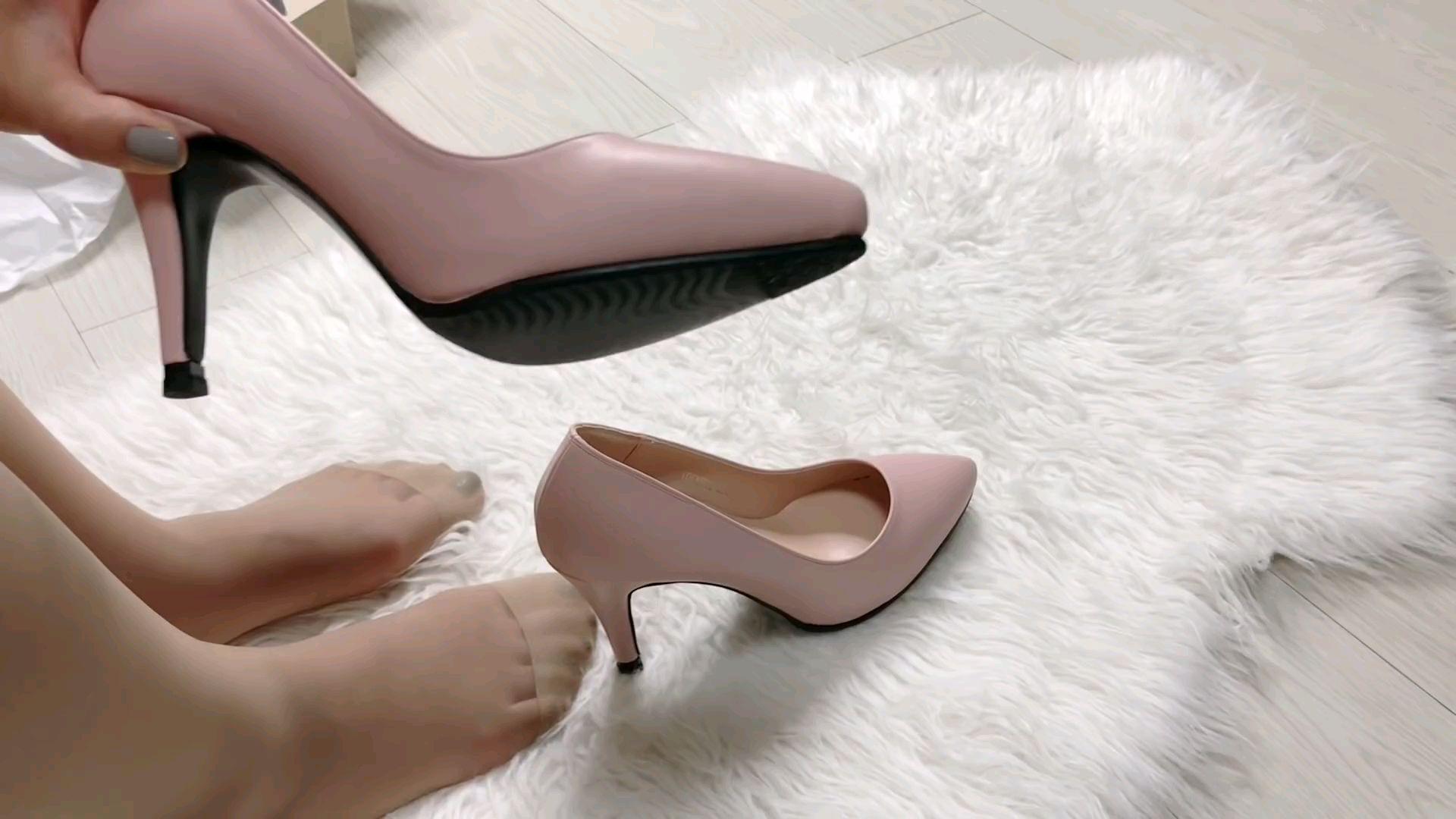 新到的粉色高跟鞋试穿