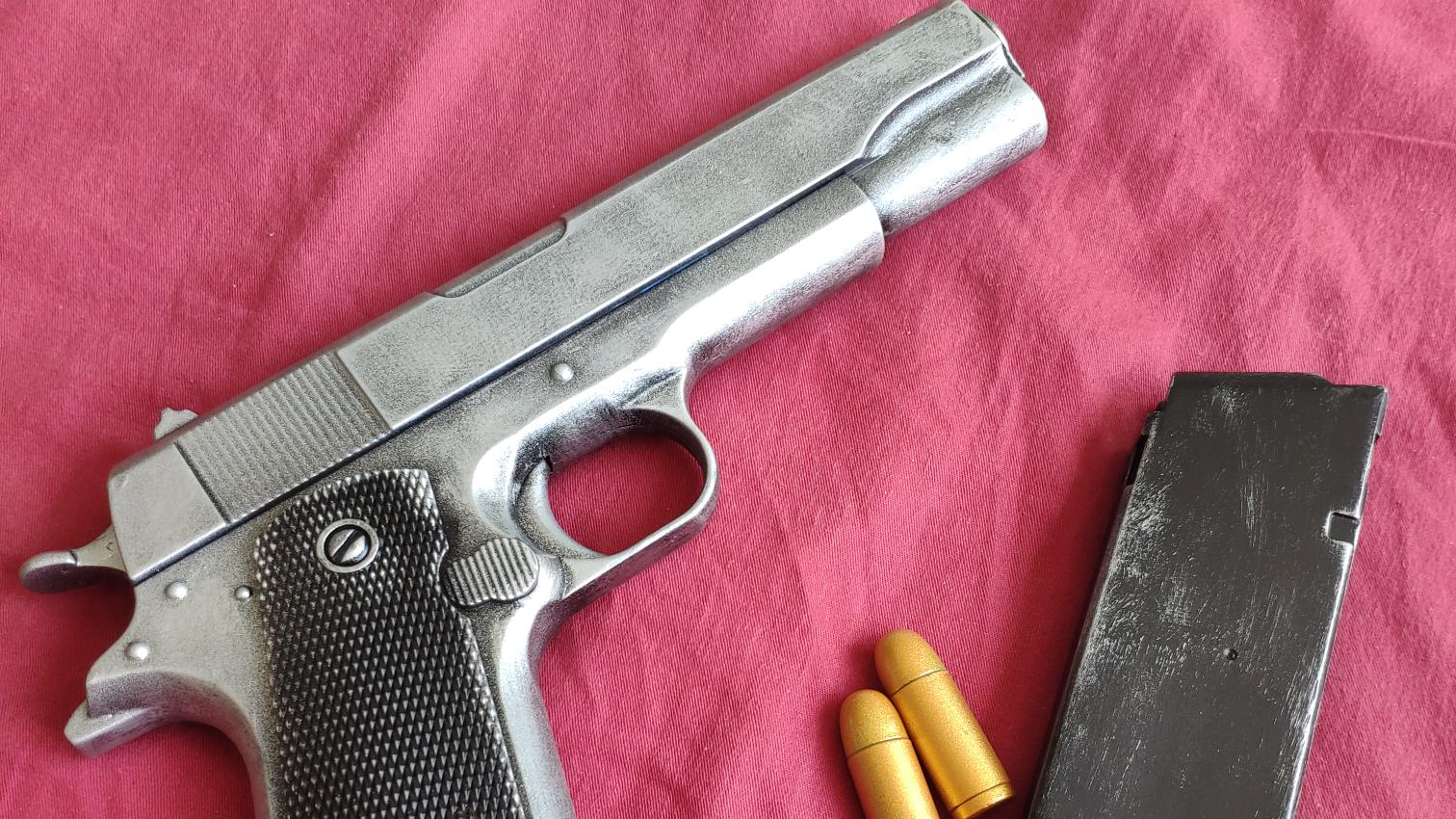 这是塑料,真是的塑料。软弹玩具1911枪铁银做旧成品