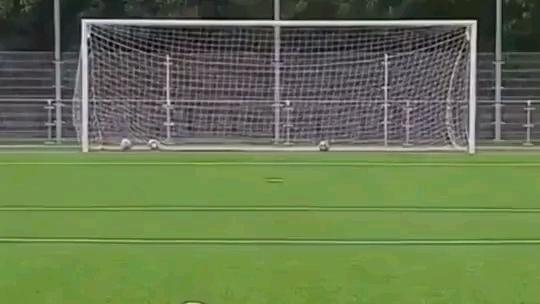 球是怎么飞到左边的?