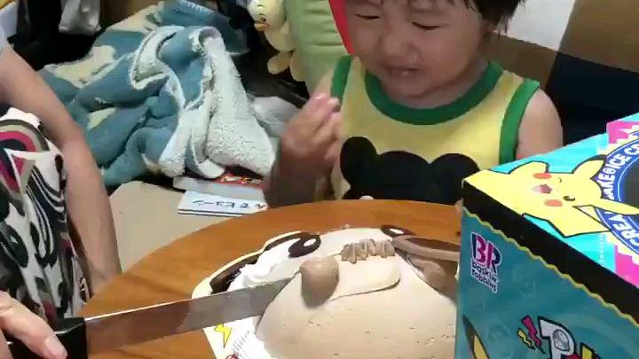 """哈哈哈!萌娃不忍心伊布蛋糕被""""杀死""""大哭"""