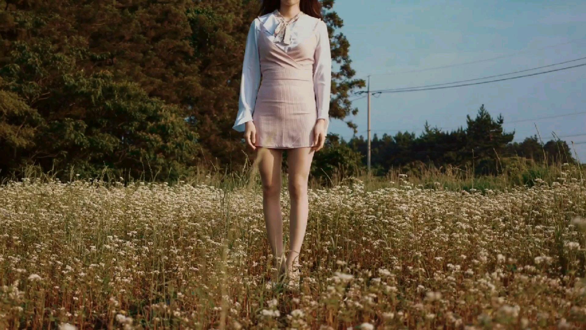 星云摄影:行走在油菜花地的少女