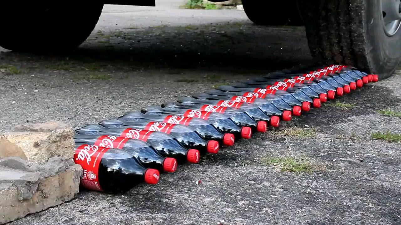 老外用大卡车碾爆可乐和百事!