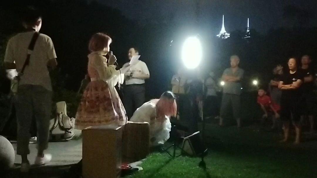 馨儿的第一次大庭广众下唱歌,路人视角实拍。奇妙能力歌。