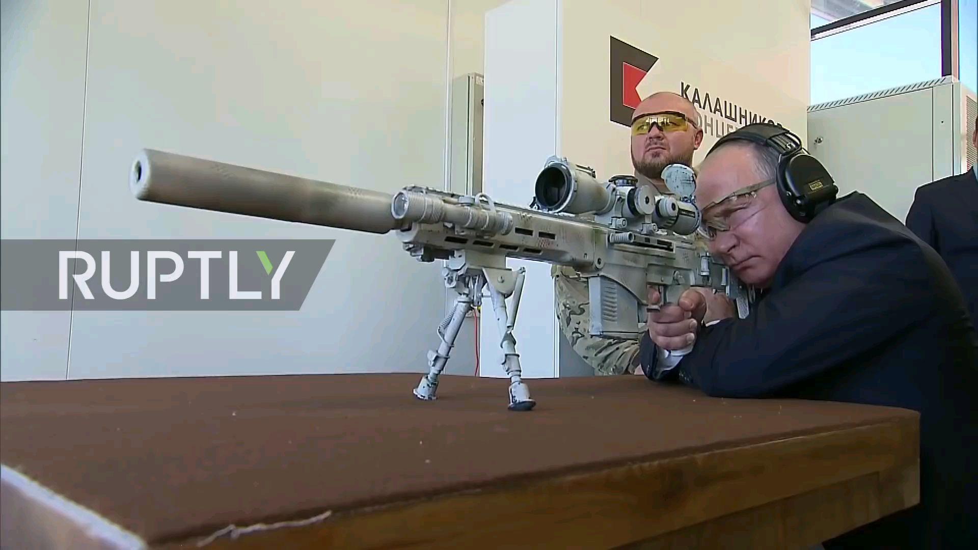 普京大帝亲身探访并射击俄罗斯新型SVCH狙击步枪