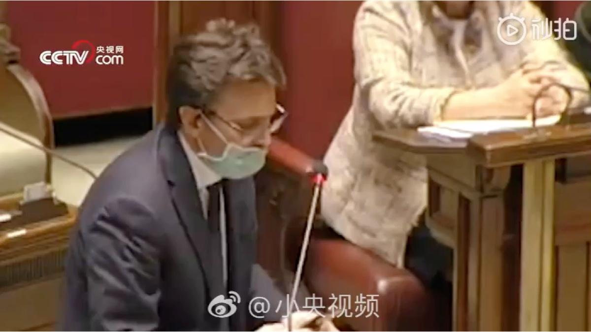 因戴口罩进入议会被嘲 意大利议员发言时怒摔话筒