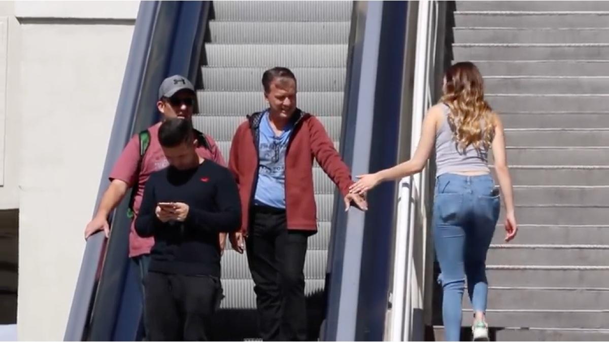 国外恶搞 美女在电梯上抚摸陌生人的手