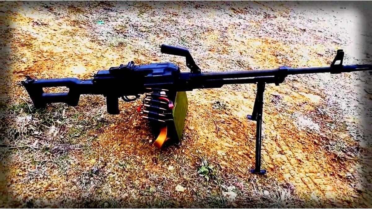 钢甲昼夜毛子拿的电动PKm机枪