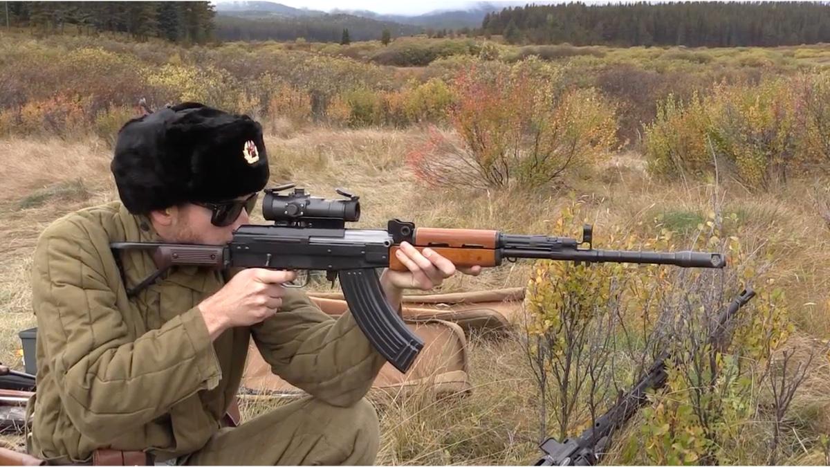 装瞄具的外贸版八一杠步枪声音超好听