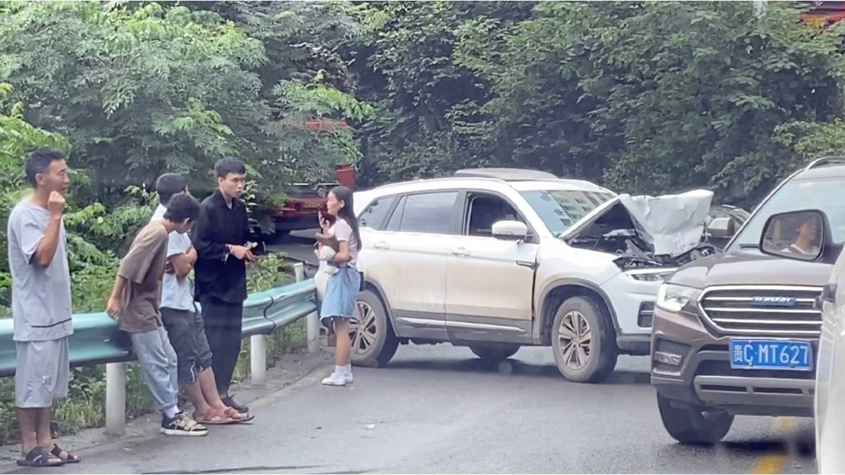 自驾穷游路上,贵州女司机的车成了这个样子,你觉得还能修好吗?