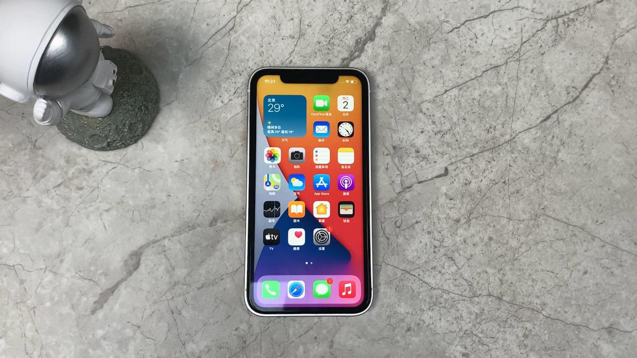 iPhone 12真机上手:整体设计回归直角边框,致敬乔布斯