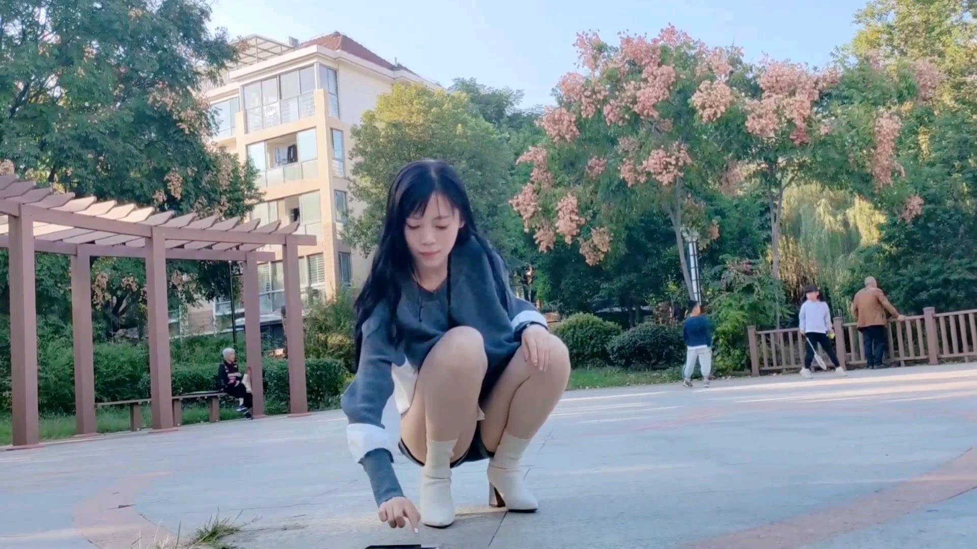 第一次在自家小区楼下跳广场舞 感觉好亲切哈哈