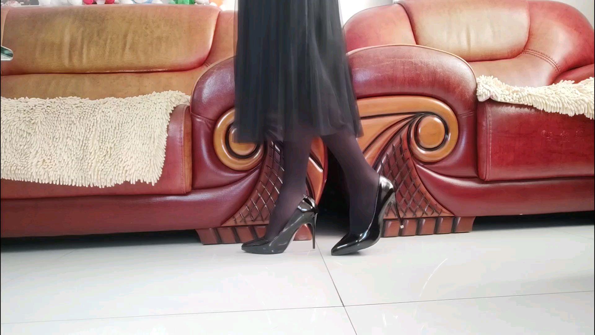 漆皮黑色高跟鞋 搭配 黑色丝袜 78cm长裙