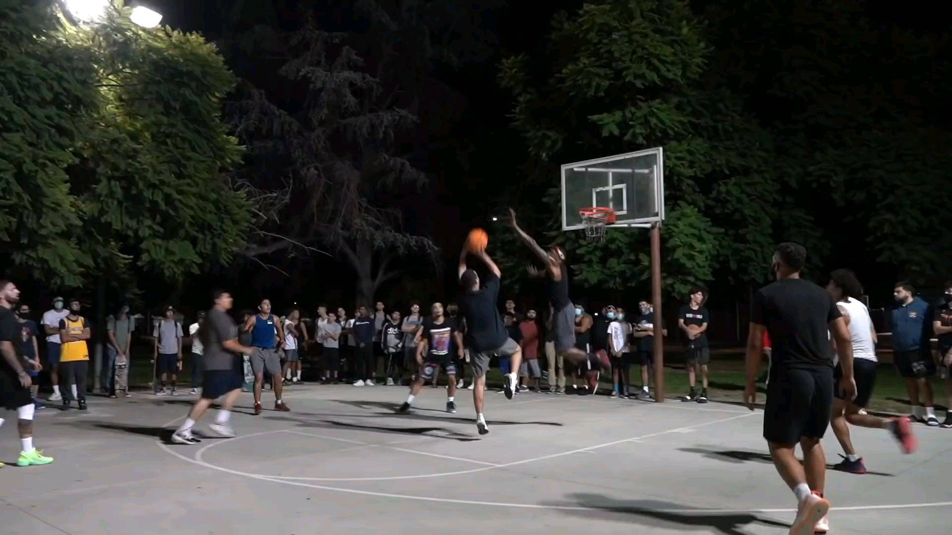 在洛杉矶的公园5v5篮球,现场都是暴扣!