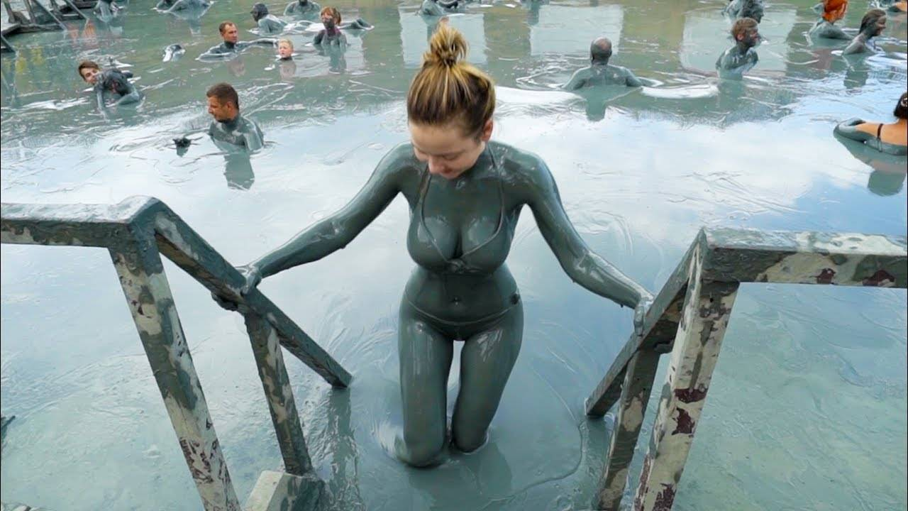 美女带你下黑海玩泥巴,洗完整个人皮肤都变得光滑不少