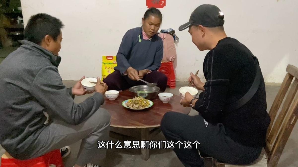 蹭饭贵州布依族,遇到善良村民,把平时舍不得吃的土猪肉拿来招待我