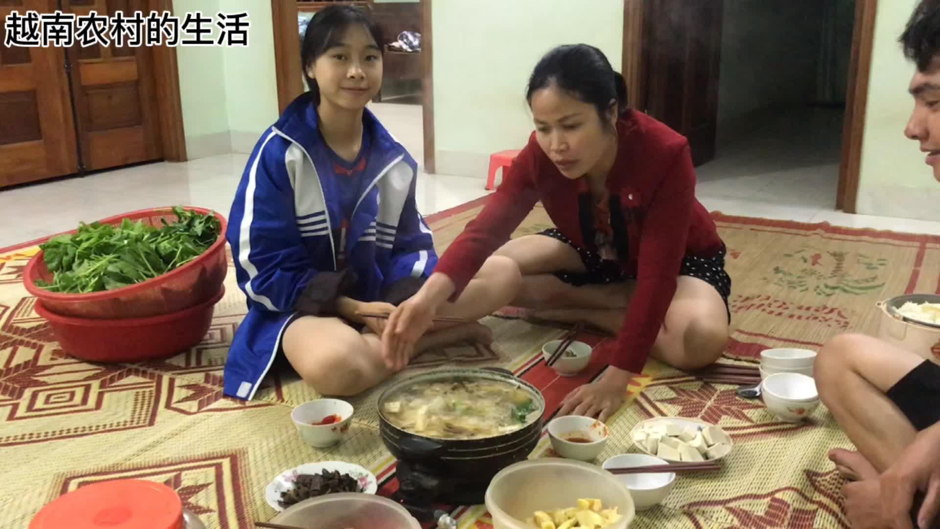 越南农村一家人围炉吃火锅,席地而坐,简单快活!