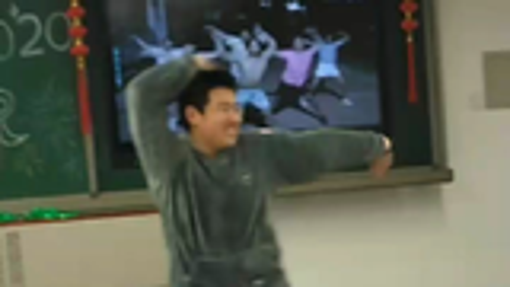 睡衣猛男在教室狂跳新宝岛,竟被老师当场抓获。