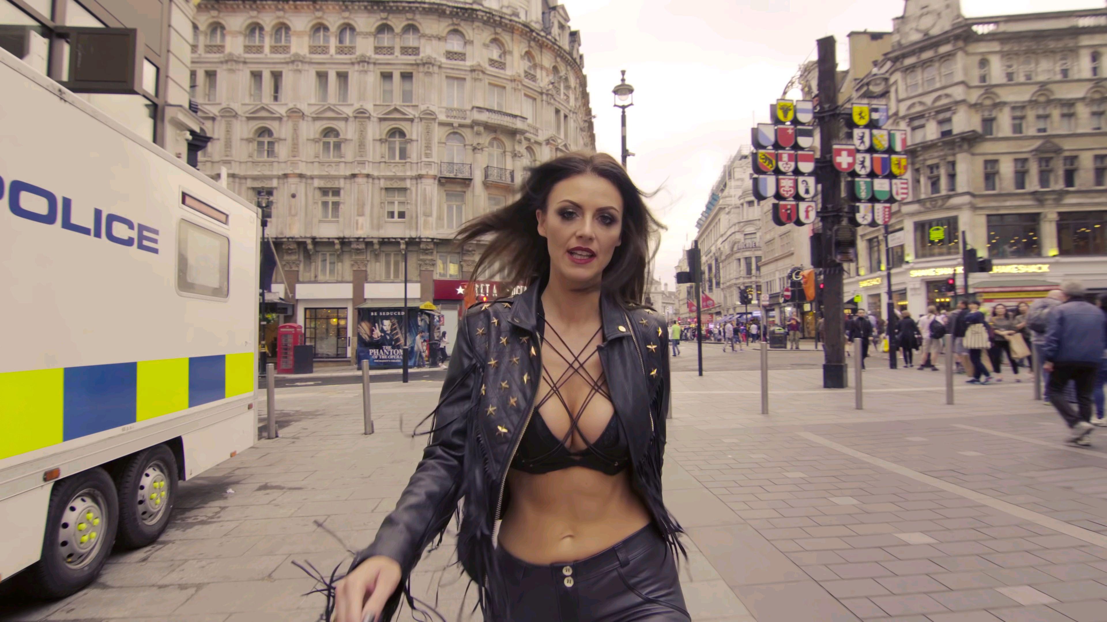 法国美女街头走秀,博人眼球?