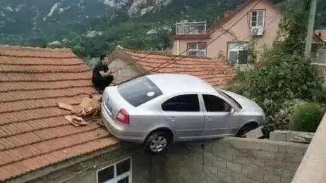 汽车逆行酿事故,画面不忍看!