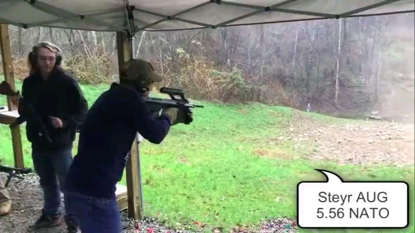 老外军迷试射几十种枪!看到最后膀子都疼了