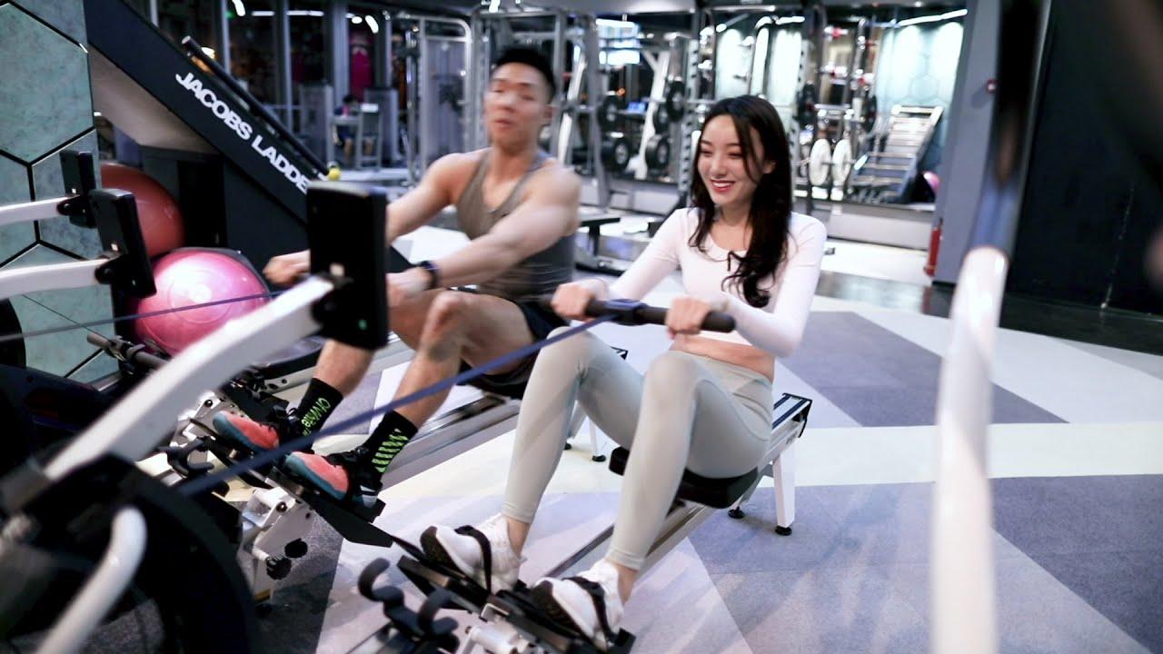在健身房如何撩正在一旁正在运动的型男教练?