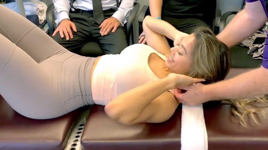 油管健身网红Lais Deleon体验中式正骨