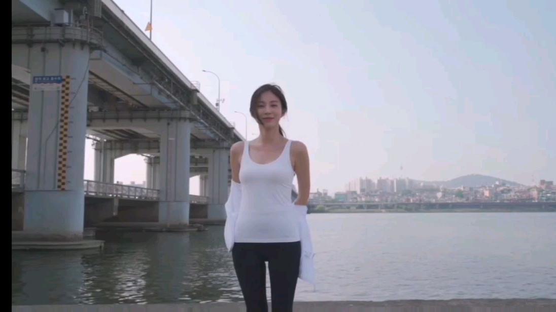 韩国美女模特金宝拉新造型抹胸裙试穿
