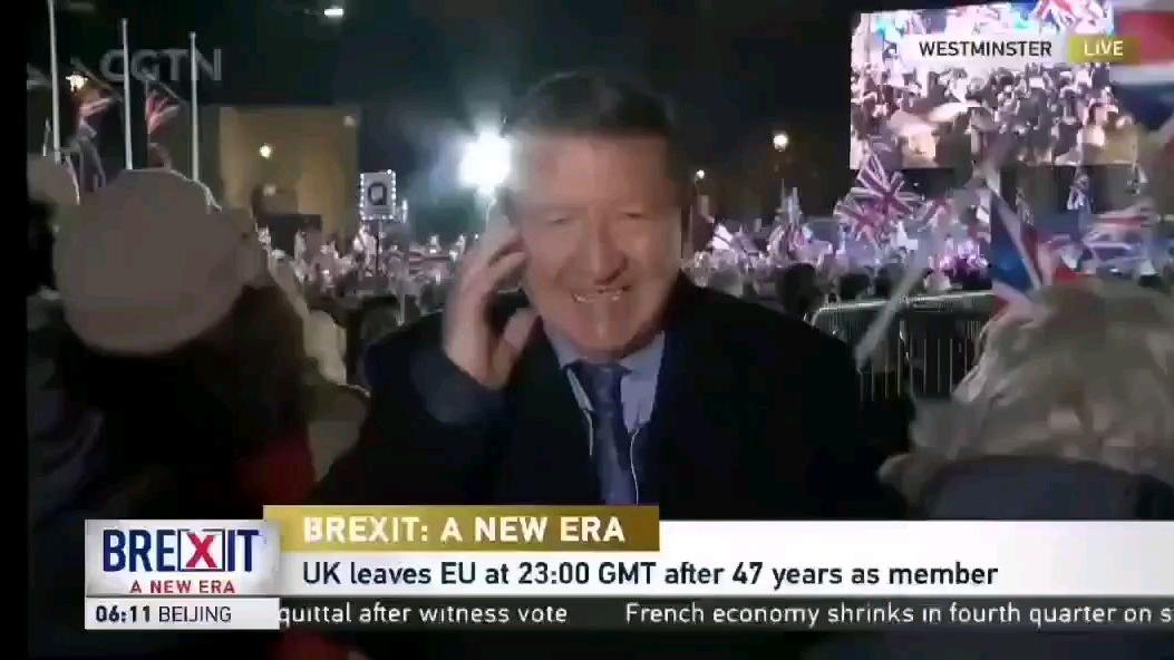 英国脱欧现场,一反对脱欧男子用汉语骂:他们都是sb,记者还说:看他们多开心