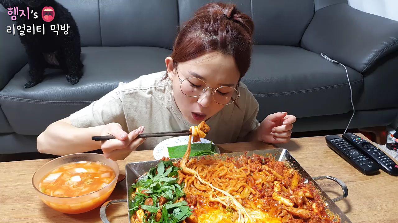 【Hamzy】韩国小姐姐真实吃播:)辣奶酪铁板鸡吃播!!★ ft.马苏里拉起司,乌冬面,炒饭