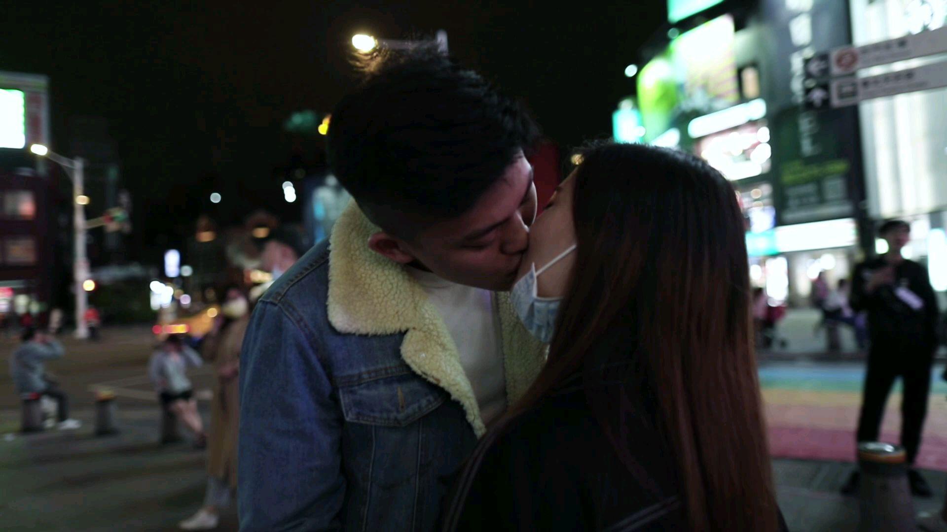 【幸福制造机】因为男生长相帅在一起,舌吻15秒很深情