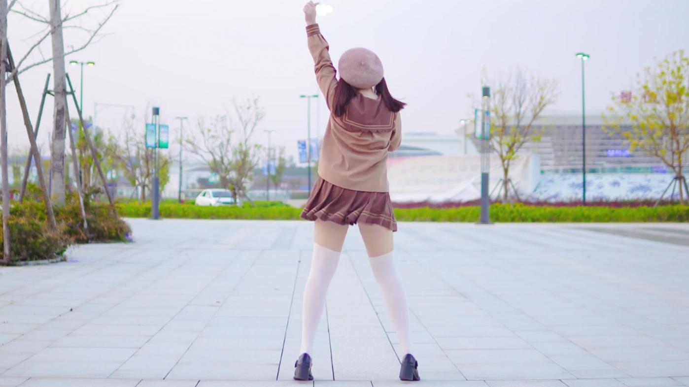 白丝妹妹在无人广场跳老宅舞~染上你的颜色