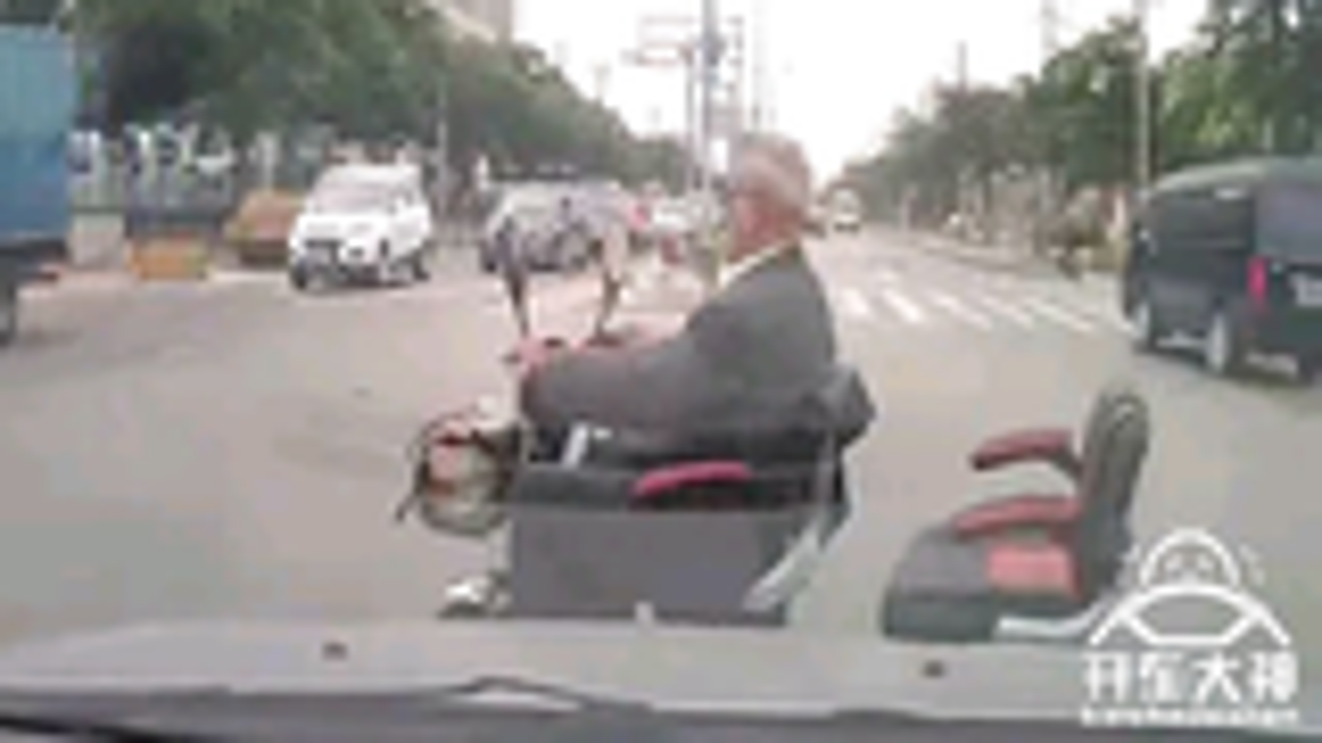 【开车大神】大爷上路拦不住,开车必须会武术!