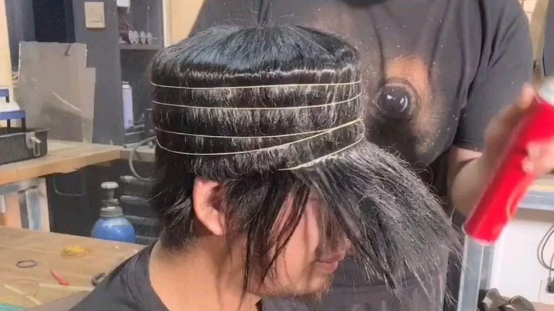 用头发做了一个实用遮阳帽发型